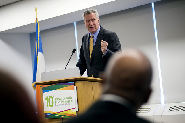 de blasio speaking lecturn